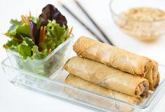 """Hoy quiero enseñaros a preparar Rollitos de primavera estilo Thai o """"Poh Pia Tod"""" (ปอเปี๊ยะทอด) con salsa agridulce de cacahuetes. Se trata de un plato con influencias de la gastronomía de Vietnam pero muy típicos Thai Recipes, Asian Recipes, Chicken Recipes, Cooking Recipes, Estilo Thai, Steamed Pork Buns, Tapas, Gula, World Recipes"""