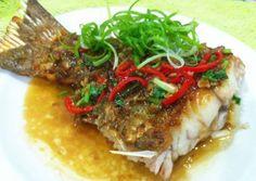 4) 將醬汁盛起鋪在煎好的魚尾上,灑上蔥絲即可~