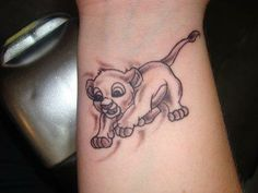 Disney tattoo. SIMBA OMGOSH. King Tattoos, Skull Tattoos, New Tattoos, Body Art Tattoos, Tattoo Ink, Disney Tattoos, Cute Tats, Totenkopf Tattoos, Paar Tattoos