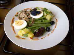 Salade d'Etè  thon oeufs anchois olive   noir  et   tomatos  et  haricots  vert , sauce   rose  Gino D'Aquino
