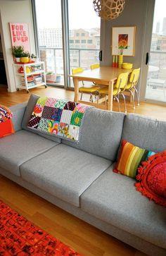 Considerada como uma das cores mais versáteis, o cinza pode compor decorações que permeiam entre os estilos modernos, urbanos, contemporâneos, minimalistas e retrôs