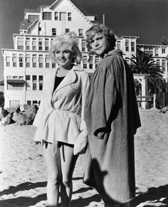 Marilyn Monroe, Tony Curtis, and Jack Lemmon in Some Like It Hot Marilyn Monroe Life, Marilyn Monroe Photos, Norman, Jack Lemmon, Billy Wilder, Tony Curtis, Hot Beach, Some Like It Hot, Great Films