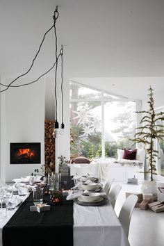 Spice Up Your Holiday Living Room With These Modern Christmas Decor Ideas, Featuring Neutrals, Metallics, And Natural Touches. Modern Christmas Decor, Christmas Interiors, Christmas Table Decorations, Cozy Christmas, Decoration Table, Xmas, Winter Holiday, Beautiful Christmas, White Christmas