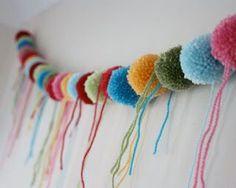 Jak zrobić pompony z wełny. Co można zrobić z pomponami z włóczki. Potrzebne są: kolorowe włóczki, nożyczki, obręcze z kartonika. Zaczęłam od zrobienia... jednego pompona.