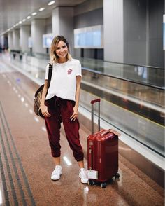 outfit joggers ✈️ a calça de veludo Mara! Airport Look, Airport Style, Travel Outfit Summer, Summer Outfits, Cozy Outfits, Vols Longs, Look Street Style, Travel Clothes Women, Fashion Outfits
