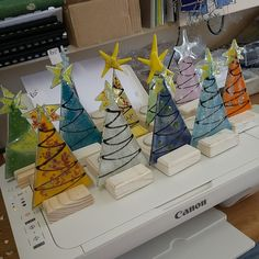 adornos arbol navidad Christmas Mosaics, Stained Glass Christmas, Stained Glass Projects, Stained Glass Patterns, Glass Christmas Ornaments, Christmas Art, Fused Glass Ornaments, Fused Glass Jewelry, Fused Glass Art