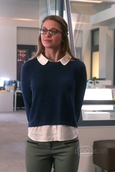 Kara Danvers look - Look para trabalhar - calça, camisa e suéter.