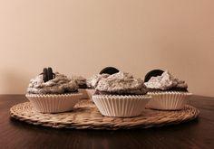 Kto nie lubi Oreo? Na własnej skórze przekonałam się, że te kruche ciasteczka tworzą idealny dodatek do ciast, tortów, muffinów i wszystkiego co słodkie. Who doesn't like Oreo cookies? I found out many times, that Oreos are perfect for cakes, muffins, and everything what's sweet. Składniki na babeczki: 2 1/3 szklanki (250ml) mąki pszennej 1 szklanka niesłodzonego kakao 1,5 łyżeczki proszku do pieczenia pół łyżeczki sody oczyszczonej pół łyżeczki soli 180g masła (w temperaturze pokojowej) 2…