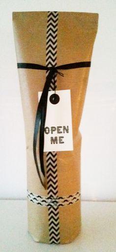 Kraft inpakpapier, zwart lint, label, chevron en snor washi tape, wijn fles kado. Craft wrapping paper, black ribbon, label, chevron and moustache masking tape, wine gift.