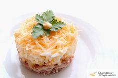 Слоеный салат с курицей, ананасами и сыром