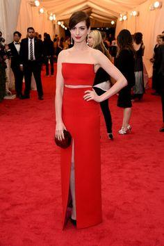 Pin for Later: Seid glamourös oder lasst es sein: Alle Stars vom roten Teppich der Met-Gala! Anne Hathaway