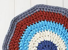Keep your tootsies cosy with our simple crochet rug pattern. It's the make your giant crochet hooks and chunky yarns have been waiting for...