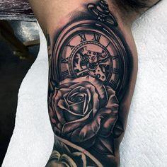 Hombre con Rose 3D Y reloj de bolsillo Tatuaje En brazos