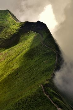 In cammino sul crinale, verso il Rothorn..avvolti tra le nuvole e la luce
