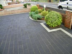 Most Popular Modern Driveway Paving Ideas and Layouts Front Garden Ideas Driveway, Modern Driveway, Driveway Design, Front Yard Design, Driveway Landscaping, Modern Landscaping, Landscaping Ideas, Grey Block Paving, Block Paving Driveway