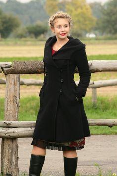 Ein neues Modell aus unserer Kollektion. Ein superbequemer Mantel, den Du nicht mehr ausziehen willst!  *Auch für den Übergang geeignet!*  Ein echter Hingucker.  Angeboten werden die Größen 36 bis...