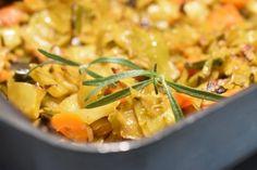 Hvidkål i fad med karry, bacon og gulerødder - nemt og lækkert Lchf, Keto, Snack Recipes, Snacks, Always Hungry, Bacon, Karry, Thai Red Curry, Risotto