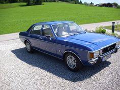 Etwas weiter hinten im Startfeld wartet eine andere Rarität: Mit der Startnummer 89 zeigen Andrea und Michael Racher ihren herrlichen Ford Granada Ghia von 1975. Diese tolle Limousine hat einen seidenweichen 6 Zylinder-Motor mit 2.300 ccm und 108 PS. Wann haben Sie das letzte Mal einen Granada MK 1 im Straßenbild gesehen?