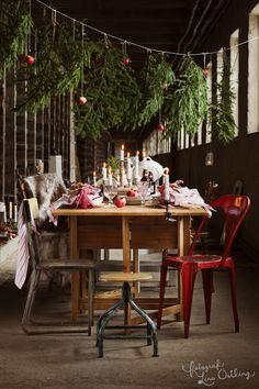 GODA IDÉER FÖR JULBORDET: Gör det lite extra mysigt att samlas runt bordet på julafton! Levande ljus, granris och äpplen bidrar till stämningen och ger underbar doft. Duka upp till långbord och skapa stämning med mängder av ljus. Över bordet hänger ett snöre med grankvistar och äpplen. Bulligt glas på fot, 69 kr, Fritzla Tyglager. Pall, 1000 kr, Bloomingville. Äldre röd plåtstol, Tolix. Renskinn, 600 kr, Wildo | Ett julreportage i Hus & Hem - via fotograf Lina Östling