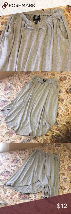 🆕🚨 Bobeau Gray Skirt pockets S (Stretchy) 🆕 NEW🚨 Bobeau Gray Skirt pockets S (Stretchy) Dillards  Comfy can be dressed op or down  Comes up on sides as shown in pictures Without tags never wore. bobeau Skirts Midi