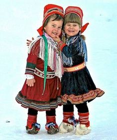 Two cute Sami girls in their traditional costumes. Kautokeino is in the northern part of Norway called Finnmark. Just look at those warm-looking shoes, made of reindeer skin. Kids Around The World, People Of The World, Folklore, Beautiful Children, Beautiful People, Folk Costume, Costumes, Costume Ethnique, Folk Clothing