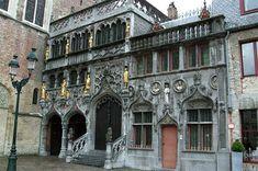De voorgevel van de dubbelkapel van het H. Bloed in Brugge