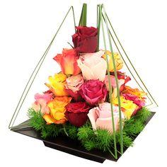 Composition florale à étages, création signée par notre artiste fleuriste qui…