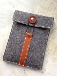 e-Reader Bolsillos - Funda para Kindle E-Reader ·? - una pieza de Diseño de Chiquita-Jo en DaWanda e-Reader Bolsillos – Manguita para Kindle E-Reader ·? Leather Purses, Leather Handbags, Leather Wallet, Felt Diy, Felt Crafts, Leather Bags Handmade, Leather Craft, Capas Kindle, Sewing Crafts