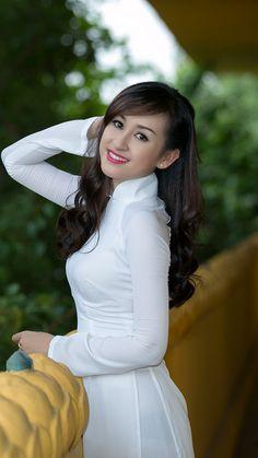 Vietnamese long dress Vietnamese Traditional Dress, Vietnamese Dress, Traditional Dresses, Cute Asian Girls, Beautiful Asian Girls, Asian Ladies, Ao Dai, Pakistani Dresses, Sexy Outfits