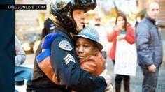 Hartverwarmend: agent knuffelt jongetje bij Ferguson-protesten ·  LINDA.