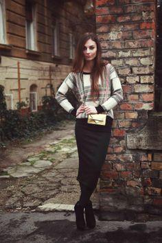 I like the baggy sweater an pencil skirt combo.
