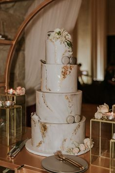Romantic wedding cake with marbled layers with gold specifications and macaroons ME . - Maui Wedding Cakes - specifications cake Best Picture For romantic wedding cake table Floral Wedding Cakes, Wedding Cakes With Cupcakes, Elegant Wedding Cakes, Wedding Cake Designs, Rustic Wedding, Tuscan Wedding, Elegant Bride, Gold Macaron Wedding Cake, Three Teir Wedding Cake