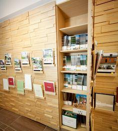 Plexwood® Sede Savills, parede com relevo com armários para armazenagem revestida com contraplacado folheado de bétula invertido colado