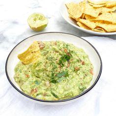 Zelf guacamole maken moeilijk of tijdrovend? Echt niet! Wel is dit makkelijke recept super lekker en vers. Voor 4 personen. Halveer de avocado's door de