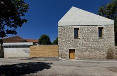 Completed in 2010 in Tokaj, Hungary. Images by Gyula Erhardt. In the historical center of the small Tokaj village, on a plot directly adjacent to a century church, our task entailed designing a winery that. Roof Edge, Concrete Building, Building Exterior, Grand Designs, Farm Yard, Built Environment, Amazing Architecture, Studio, Outdoor Structures