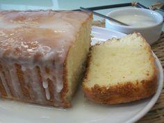 Uma das minhas paixões é fazer bolos, o meu preferido são sempre bolos low carb por serem sem glúten e com baixo carboidrato. A ultima receita que eu testei em casa foi um bolo de limão low carb, um bolo sem farinha, sem açúcar e com uma calda de limão fit. Bolo de Limão Low Carb