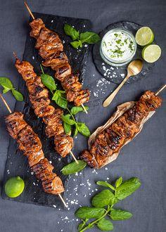 Asiatiska fläskkarréspett med myntasås  Ljuvligt goda och saftiga spett att lägga på grillen eller steka i panna.