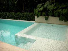 Чем облицовать бассейн? Серия мозаики для бассейна My SPA выполнена в классических цветах - белый, бирюзовый, и синий. Выбрав нейтральную цветовую гамму для облицовки бассейна, вы сможете дополнить картину яркими акцентами — лежаками и растениями.