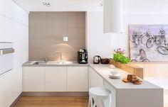 cuisine moderne blanche aux accents en bois et plan de travail blanc