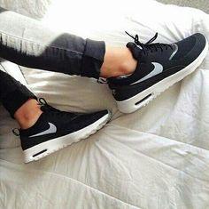 حذاء رياضي باللون الاسود
