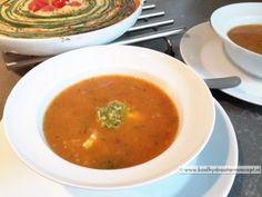 Leftover tomatensoepIk eet soep op elk moment, als lunch, voorafje of zelfs tussendoor in een klein borrelglaasje met wat pittigs erin, blauwe kaas bijvoorbeeld. Je kan soep voor een hoofdmaaltijd, en zeker deze tomatensoep, precies zo aankleden als je zelf wilt. Wissel af! Pureer de soep wel of niet, eet 'm koud of warm.