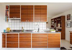 Lättskött arbetsyta, rostfri disk i Lundins kök 60s Kitchen, Kitchen Cupboards, Kitchen Dining, Teak, Kitchen Stories, Cafe Design, Home Decor Bedroom, Home Kitchens, Vintage