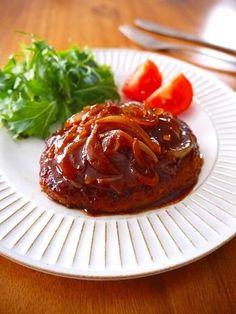 甘い玉ねぎが美味しい、正統派煮込みハンバーグ!作り方も、合いびき肉を丸めて焼いて、味付けして煮込むだけ。彼に食べさせる、はじめてのおもてなし料理にも最適♡