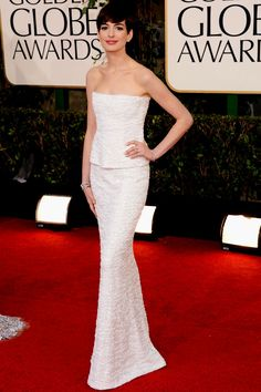 Anne Hathaway toda trabalhada num longo tomara-que-caia Chanel todo paetizado e acessórios superdelicados