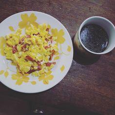 Bom dia!! Ovos mexidos com bacon artesanal e café com óleo de coco pra dar aquela turbinada!  #dieta #lowcarbbrasil #lowcarbhighfat #lowcarb #reeducaçãoalimentar #emagrecer #emagrecimento #lchf #emagrecequepassa #regime #foconadieta #receitasaudavel #receitalowcarb #comidadeverdade #eatclean #comidalimpa #lifestyle #fitness #academia #musculação #treino #thaispetacularnoverao #barrigadetrigo #barrigadebacon by emagrecequepassa