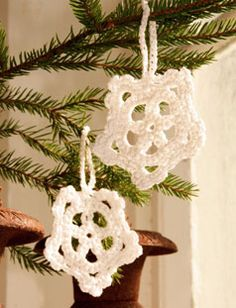 Free knitting patterns and crochet patterns by DROPS Design Holiday Crochet, Halloween Crochet, Crochet Home, Drops Design, Christmas Art, Christmas Projects, Christmas Ornaments, Snowflake Ornaments, Crochet Ornaments