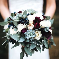 Ready for some more stunning Winter florals from the best Florists in the industry? Well look no further, #thelovelustlist has got it covered @daisyellenuk created this beautiful bouquet jam packed full of seasonal blooms (succulents in a bouquet anyone?! ) which we are swooning over this lunchtime. So what exactly are we looking at here? Burgundy Ranunculus, champagne 'Vendella' Roses, 'Sweet Avalanche' Roses, grey Succulents, ivory 'Avalanche' Roses and populous Eucalyptus. LOVE ✨ ...