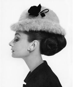 awesome Audrey Hepburn by Cecil Beaton for Vogue hat by Hubert de Givenchy Have a. Audrey Hepburn by Cecil Beaton for Vogue hat by Hubert de Givenchy Have a nice day🌹 Audrey Hepburn Poster, Audrey Hepburn Hut, Aubrey Hepburn, Audrey Hepburn Pictures, Audrey Hepburn Illustration, My Fair Lady, Divas, Gossip Girl, Beauty Secrets