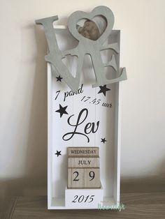 Stoet geboortebord van Lev, met sterren, datumblokken en stoer LOVE-fotolijstje! DIY met stickers.