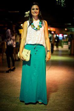 to ] Great to own a Ray-Ban sunglasses as summer gift.maxicolar combinando com saia longa Maxi Skirt Outfits, Long Maxi Skirts, Modest Outfits, Modest Fashion, Casual Outfits, Fashion Dresses, Casual Chic, Casual Wear, Look Fashion